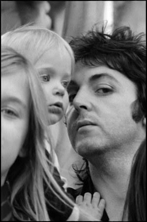 Heather, Stella and Paul, nepoznato mesto, 1975 copyright: Paul McCartney/ Fotografija: Linda McCartney