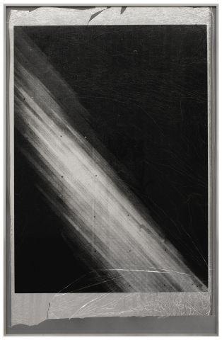 Sonia Leimer, 1959, (2012), 2012, Siebdruck auf aluminiumbedampfter Isolationsfolie für die Raumfahrt, 96,4 x 63,3 cm © The artist, Courtesy Galerie nächst St. Stephan, Wien